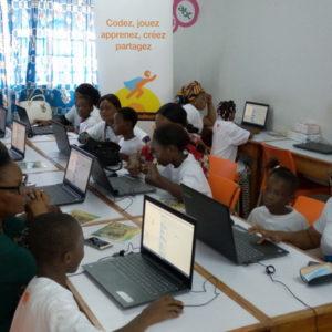 femmes et enfants à l'ordinateur pour programmer